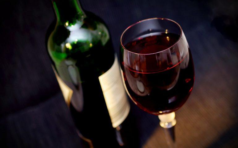 Sì all'acqua nel vino e al vino senza alcol: la proposta in un documento dell'Ue