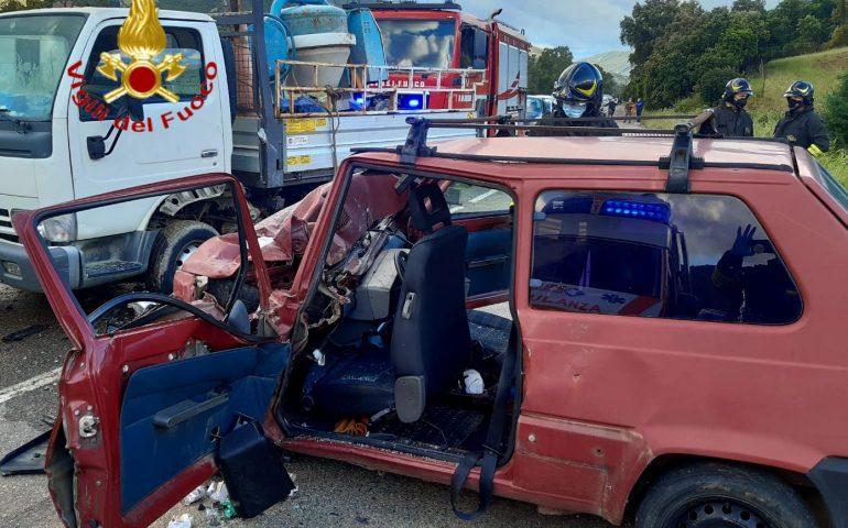 Terribile incidente a Jerzu, scontro tra auto e camioncino sulla SS 125: 4 feriti in codice rosso