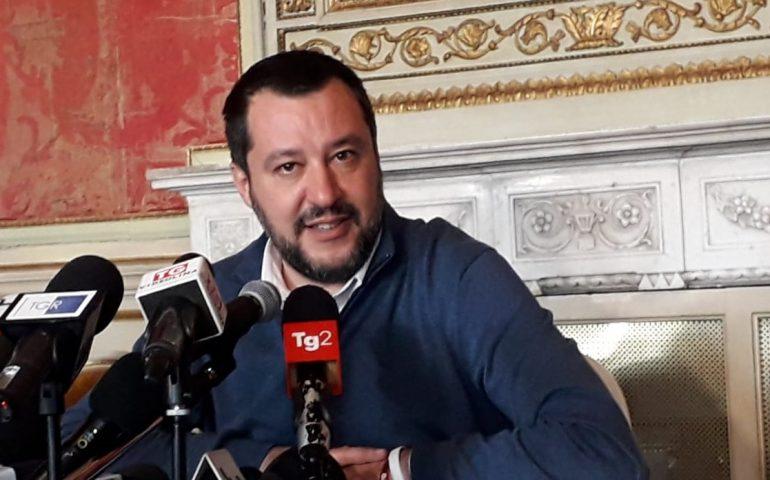 """Migranti e sbarchi in Italia, Salvini scrive a Draghi: """"Bloccare barchini per rispetto degli italiani"""""""