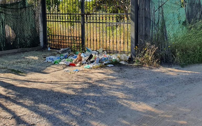 Tortolì, incivili in azione: cumuli di spazzatura lungo la strada per Basaura