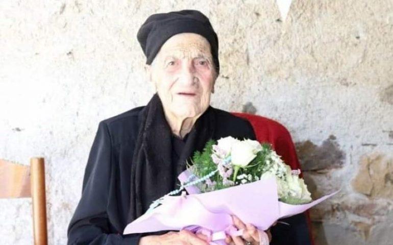 """Ogliastra terra di longevità. Perdasdefogu da record, festa per i 100 anni di """"tzia"""" Federica Melis: l'ottava centenaria del paese"""
