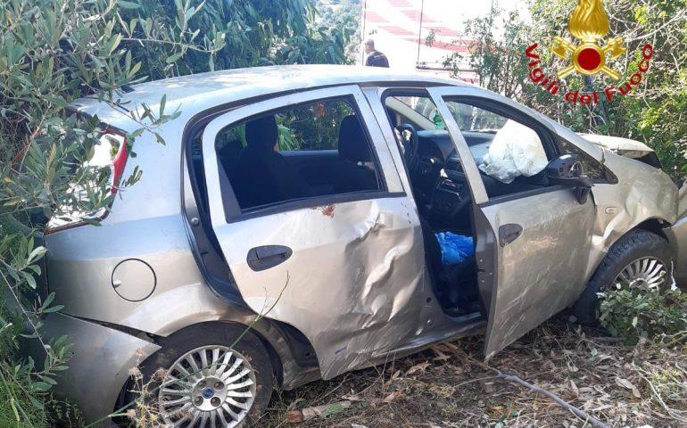 Ogliastra, auto esce fuori strada e si ribalta: 4 feriti, uno trasportato con l'elisoccorso in codice rosso