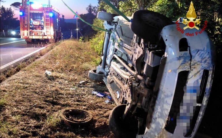 Sardegna, auto esce fuori strada e finisce in un dirupo: una donna ferita trasportata all'ospedale