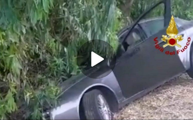 (VIDEO) Tragedia in Sardegna: auto finisce fuori strada e si schianta, muore il conducente