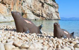 Joias e la ceramista Giuliana Collu vogliono ricordare la foca monaca, ormai estinta, con questa creazione in ceramica