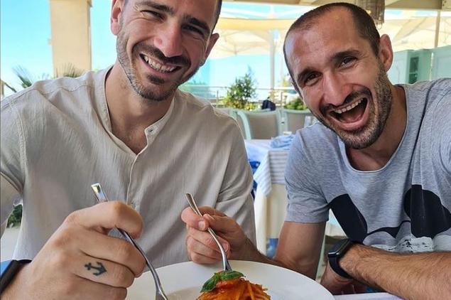 """Chiellini e Bonucci al Forte Village: """"Noi continuiamo a mangiare pastasciutta, e voi?"""""""