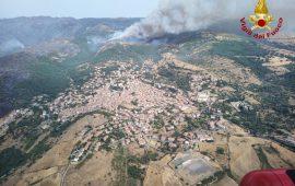 L'incendio avanza verso Sagama, Sindia e Macomer: appello allo sgombero nelle campagne