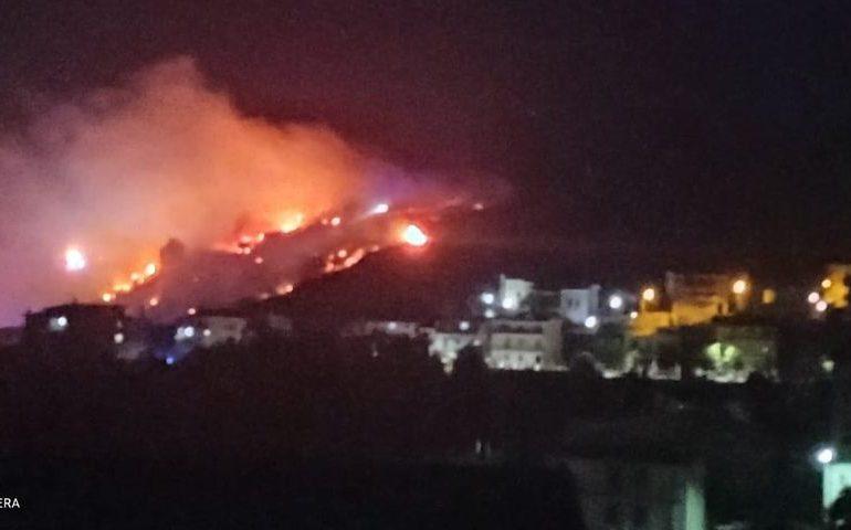 Paura ad Arzana: un grosso incendio lambisce le abitazioni nella notte
