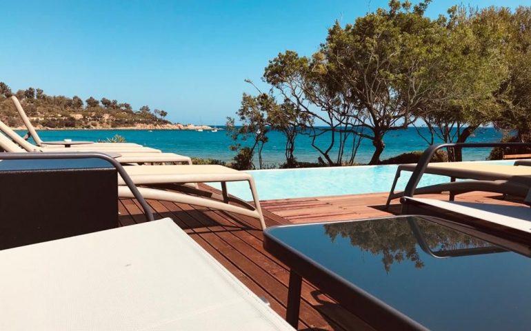 La piscina a sfioro sul mare d'Ogliastra: all'Acquachiara l'aperitivo si fa nel blu