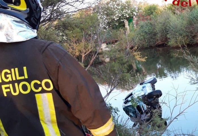 Cinque ragazzi finiscono con l'auto in un canale: intervengono i Vigili del fuoco