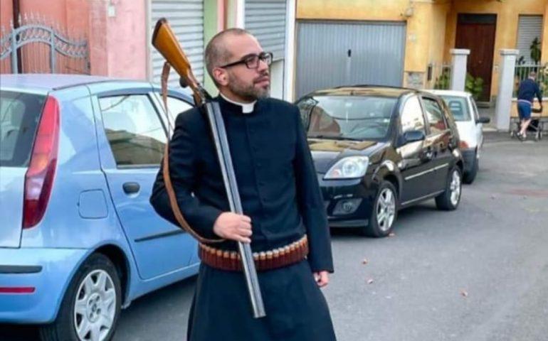 """Ollolai, la foto parroco con il fucile crea polemica sui social. Don Luca: """"Va contestualizzata"""""""