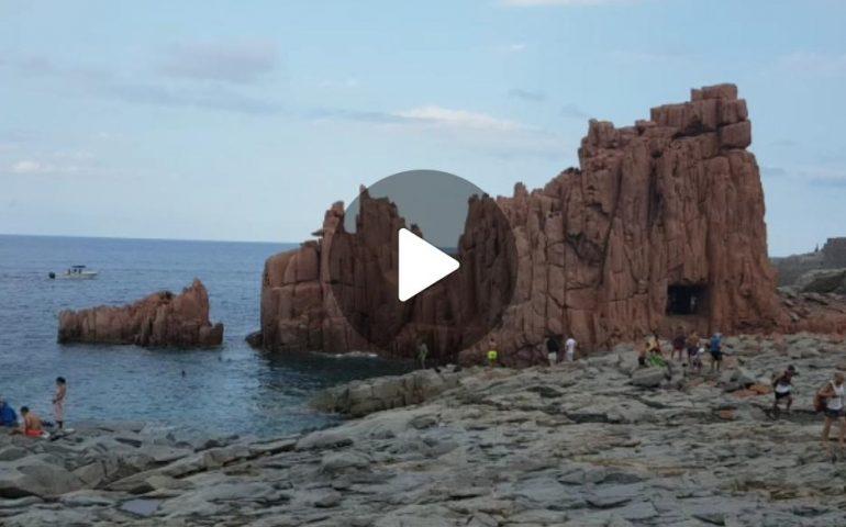 (VIDEO) Ogliastra, il maltempo non spaventa i bagnanti alle Rocce Rosse (Arbatax)
