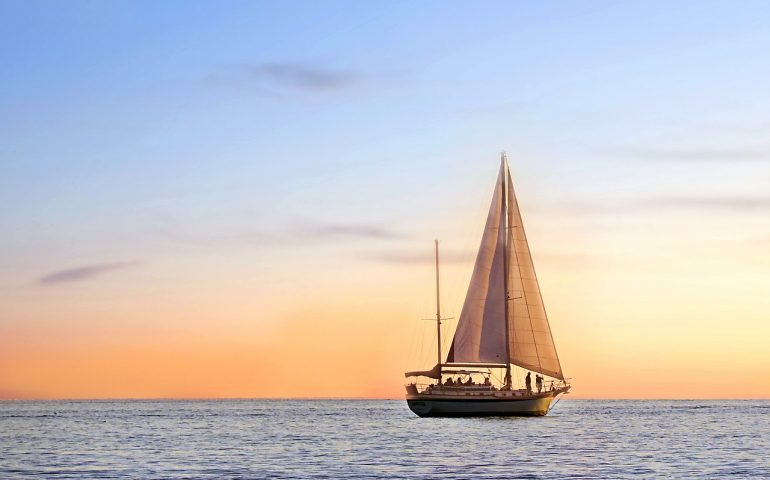 Noleggia barca con skipper ma la vacanza in barca a vela in Sardegna diventa un incubo
