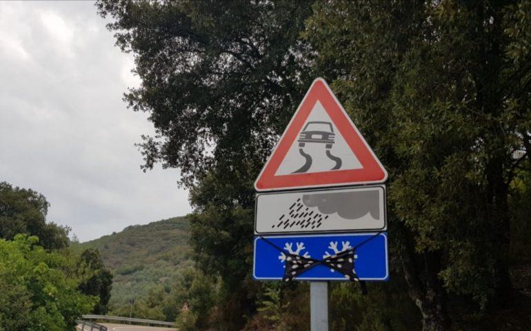 """La fotonotizia. Un insolito cartello """"sexy"""" sulle strade dell'Ogliastra"""