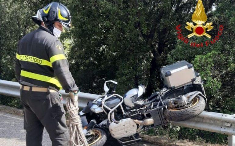 Sardegna, perde il controllo della moto e finisce in un dirupo: muore un 60enne