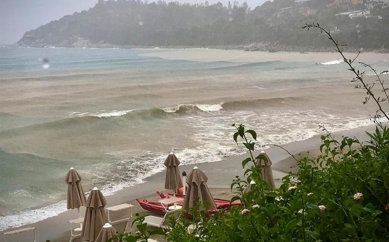 Le foto dei lettori. Il tumultuoso e romantico mare in tempesta di oggi a Porto Frailis