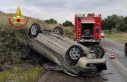 Sardegna, auto esce di strada, finisce sulla vegetazione e poi si ribalta: 18enne ferito