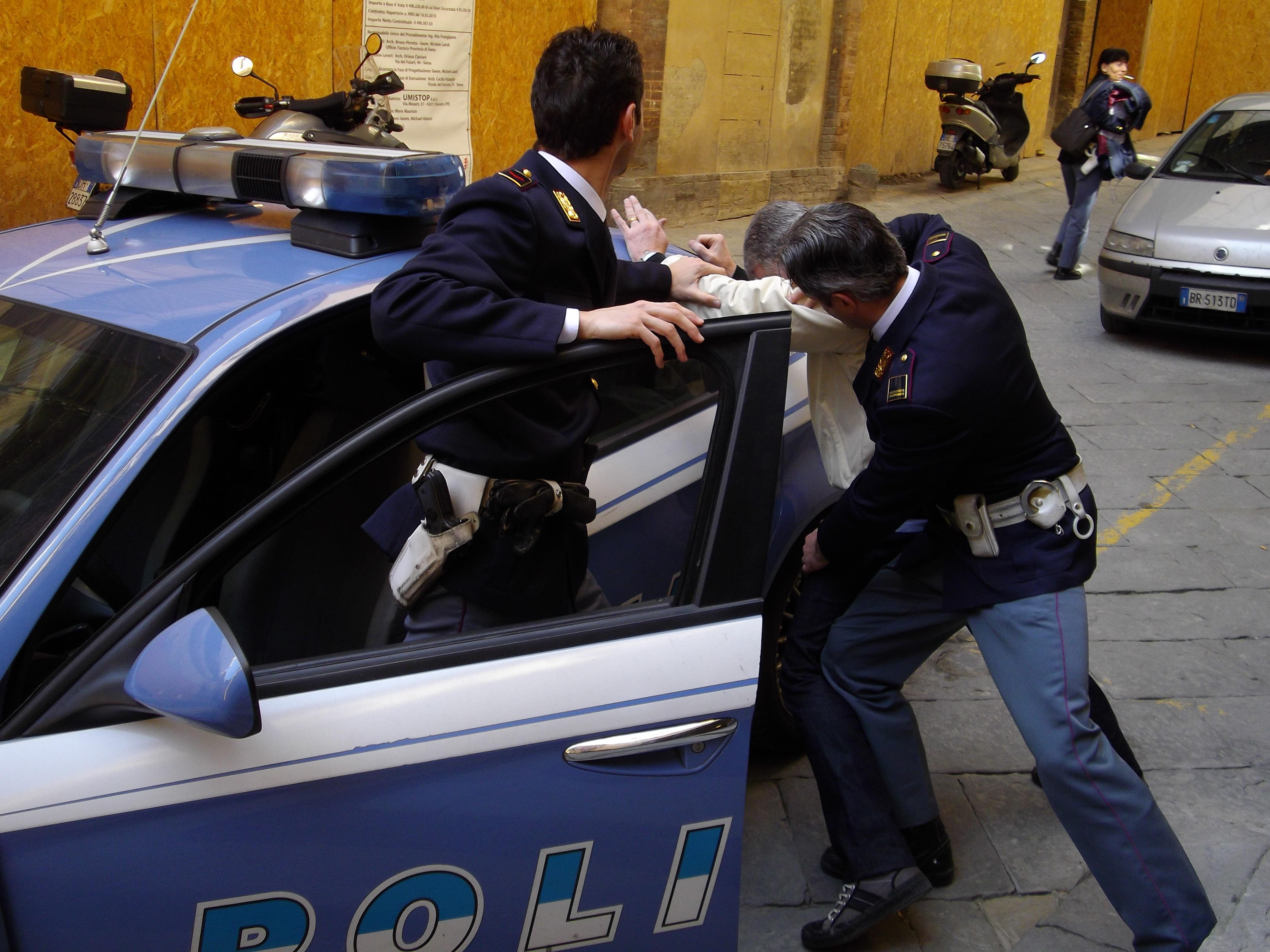 Arrestato il rapinatore SERIALE di signore a Torino. Aggrediva per ...