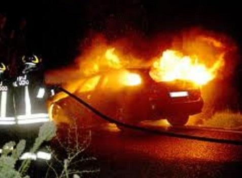 Tertenia, l'auto di un operaio in fiamme nella notte