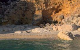 Cala Goloritzè.  Prime sanzioni per tredici stranieri sorpresi a bivaccare in spiaggia