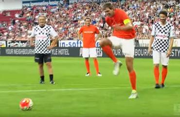 Ecco la zazadance. Dal dischetto, il tedesco Dirk Nowitzki sbeffeggia l'attaccante italiano