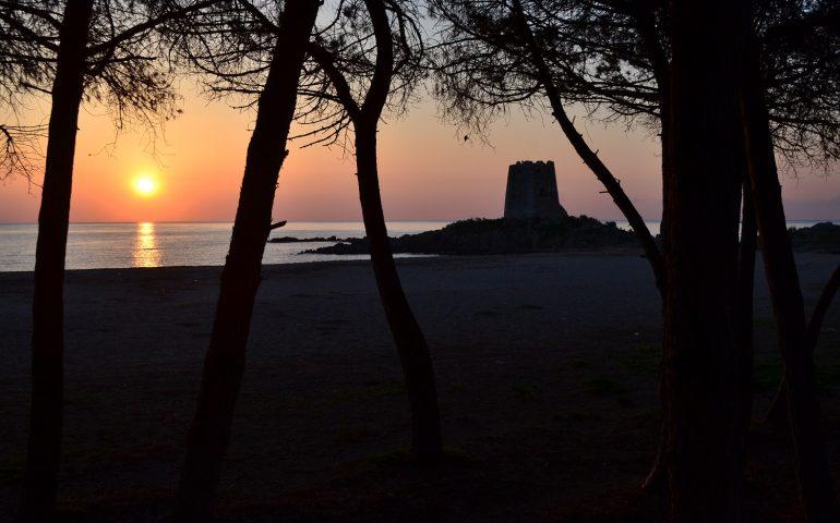 Le foto dei lettori. Lo spettacolo della Torre di Bari Sardo all'alba