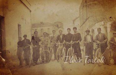 Tortoliesi in bici negli anni 50 ( foto G.Puncioni)