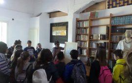 Gli studenti delle scuole medie di Monte Attu accolti nella casa di Maria Lai a Cardedu dalla nipote Maria Sofia Pisu