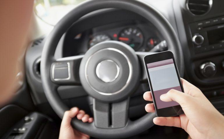 Non puoi fare a meno del cellulare neanche alla guida? Rischi la sospensione della patente