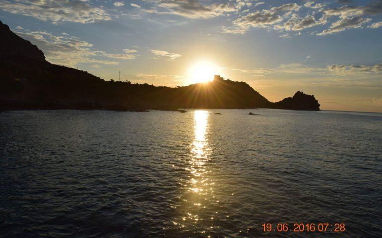 Le foto dei lettori. Valzer di luci e colori sul mare di Tertenia