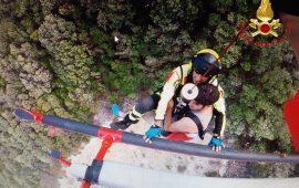 Cala Mariolu, si smarriscono sul sentiero, turisti laziali soccorsi con l'elicottero dei Vigili del Fuoco