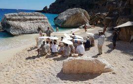 Strascico bianco tra i bagnanti a Cala Mariolu, la spiaggia diventa la location ideale per un matrimonio da sogno