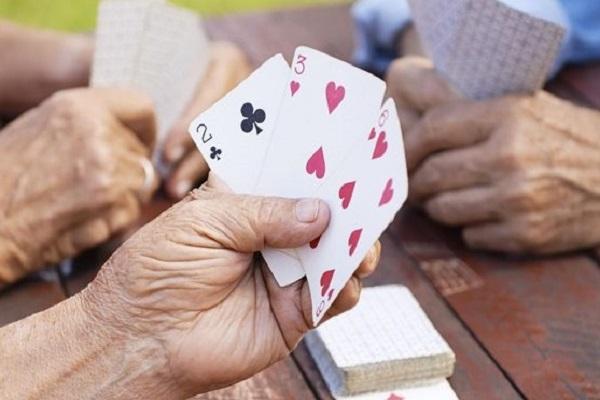 Giocare a carte al bosco di Santa Barbara