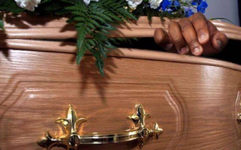 Si risveglia durante il suo funerale, muore poco dopo in ospedale