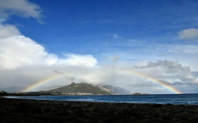 Le foto dei lettori. Un cielo autunnale, con l'arcobaleno, visto dalla spiaggia di Arbatax