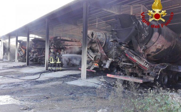 Orosei, grave incendio in un capannone, vanno a fuoco cinque betoniere