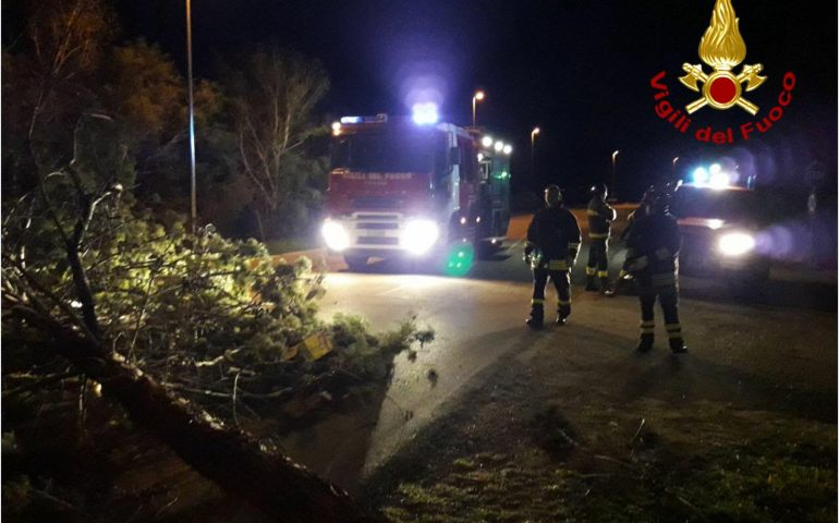Il forte vento mette in crisi l'Ogliastra, numerosi interventi dei Vigili del Fuoco nella notte