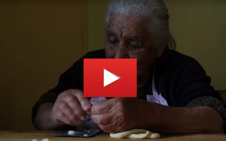 """(VIDEO) Giuseppa, 95 anni di Ozieri: la nonna """"pastaia"""" più anziana del mondo che spopola all'estero"""
