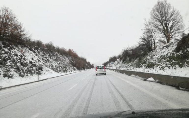 La fotonotizia. Fiocca la neve sulla SS389 Nuoro-Lanusei