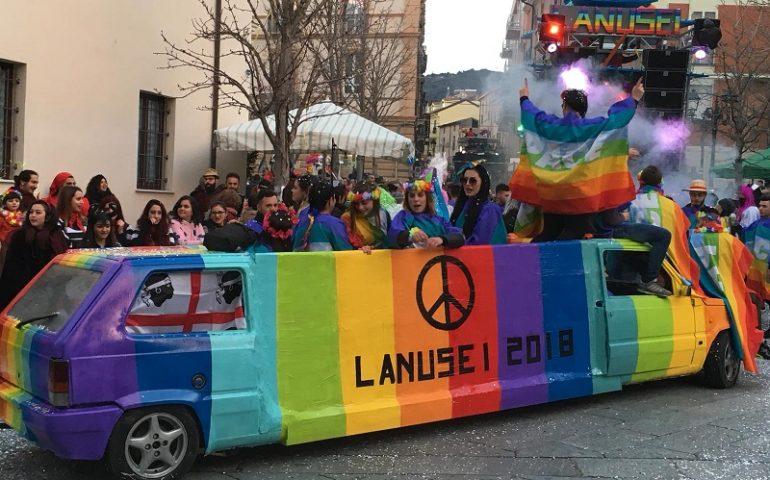 Piovono coriandoli a Lanusei. Carri e gruppi in maschera affollano la via Roma per il primo appuntamento carnevalesco (FOTO)