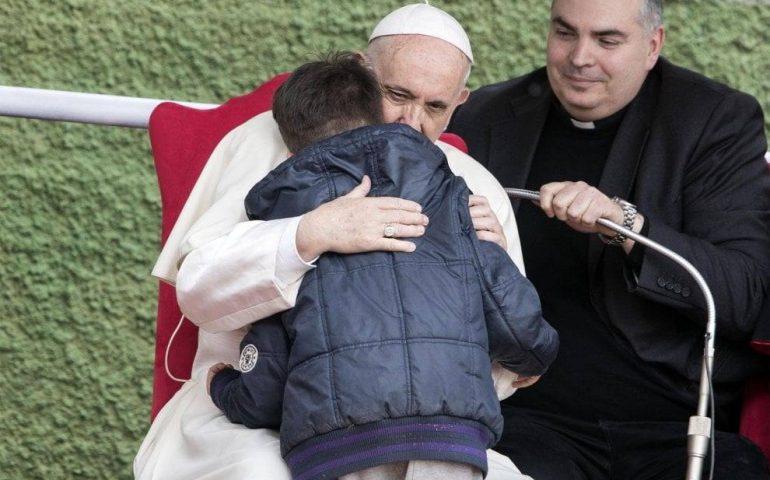 Papa Francesco consola Emanuele, da poco orfano: «Tuo papà, ateo, è anche lui in cielo»