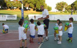 """""""Un tuffo nel basket"""": due settimane di camp estivo per i più giovani tra gli olivastri di Santa Maria Navarrese"""