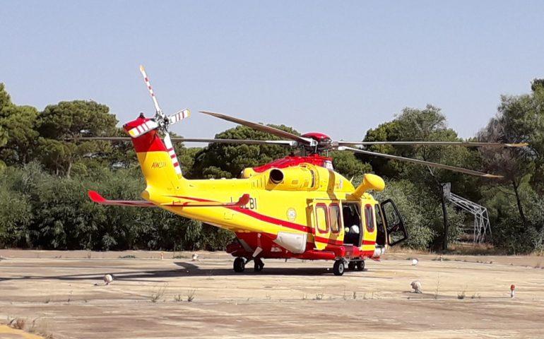 Bimbo investito fuori da scuola, soccorso in elicottero
