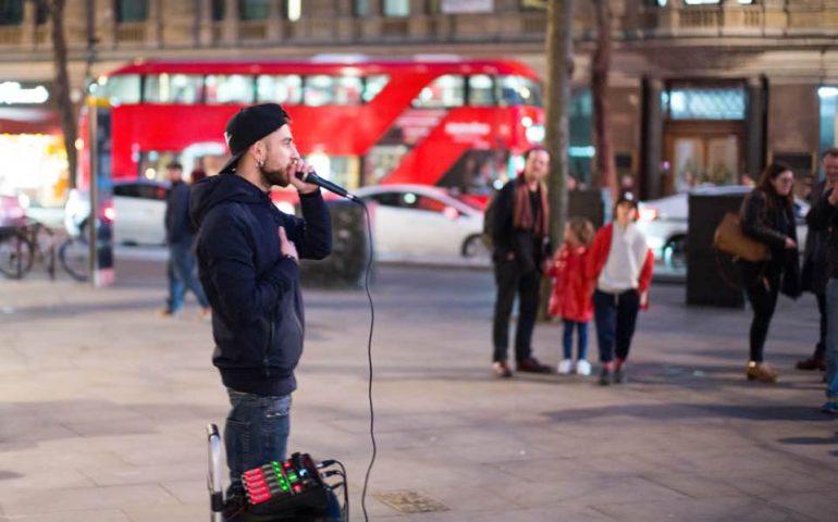 Samu's Vlog, la VIDEO inchiesta di un vlogger sardo a Londra. Quanto guadagna un artista di strada?