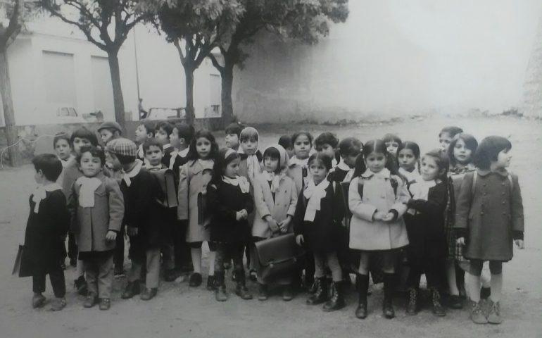 Come eravamo. Anni 60, alunni della scuola elementare nel cortile dell'Istituto Amerigo Demurtas di Jerzu