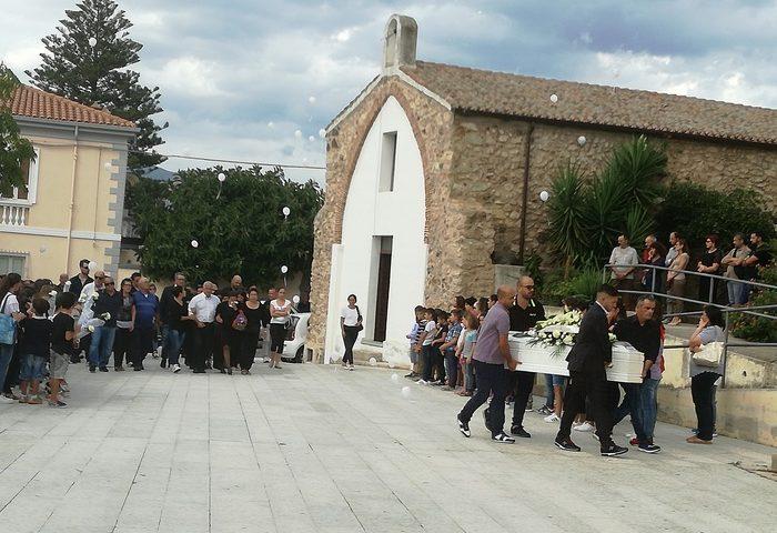 Irgoli, dolore e lacrime per i funerali di Richard Mulas, il bimbo morto in piscina a Orosei