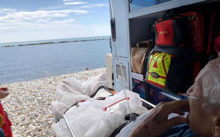 """""""Fatemi vedere il mare per l'ultima volta"""" e l'ambulanza si ferma in spiaggia"""