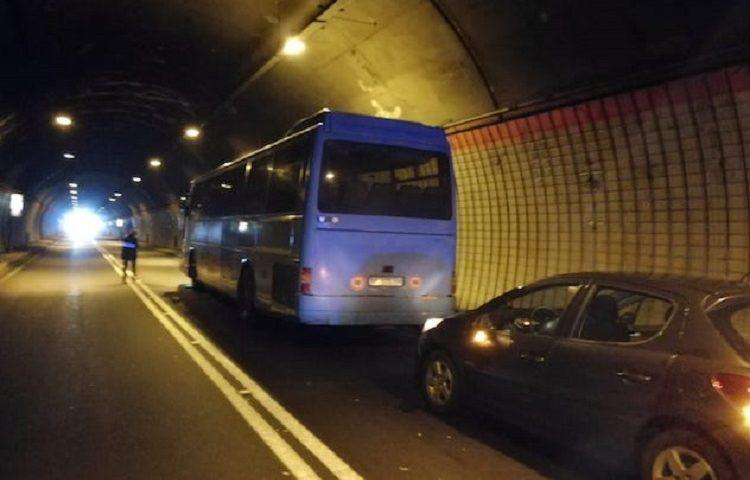 Incidente nella galleria di Pratosardo, direzione Lanusei. Coinvolte 4 auto e un pullman