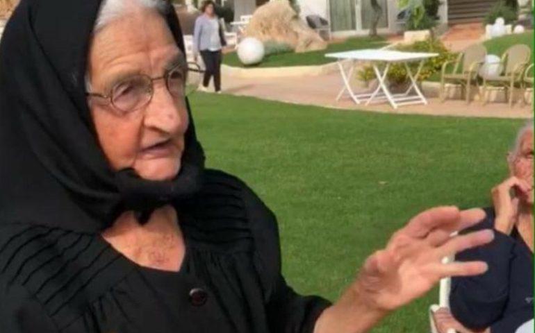La fotonotizia. Cardedu, Hotel Corte Bianca: Rosa, 95 anni, spiega ai presenti la preparazione della pasta fresca