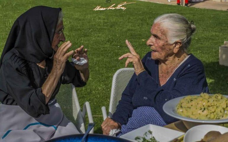 Le foto dei lettori. Discorsi da centenarie: in uno scatto di Cristian Mascia immortalata la longevità